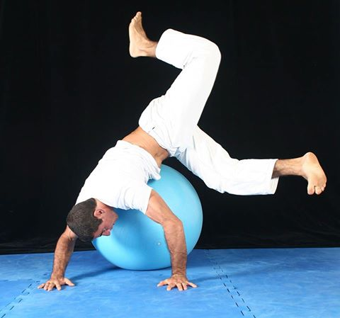 Humberto Silveira using a swiss ball